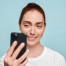 Mix it up! ✨ Multimasking staat voor het gebruik van meerdere maskers tegelijk, waardoor diverse huidbehoeften gelijktijdig kunnen worden aangepakt. De behoefte van jouw huid verandert altijd en daarnaast hebben niet alle zones van je huid dezelfde behoefte.   Wil je meer hierover weten? Via #linkinbio lees je in onze blog alles over de diverse maskers van #Dermalogica. Ontmasker jouw match!